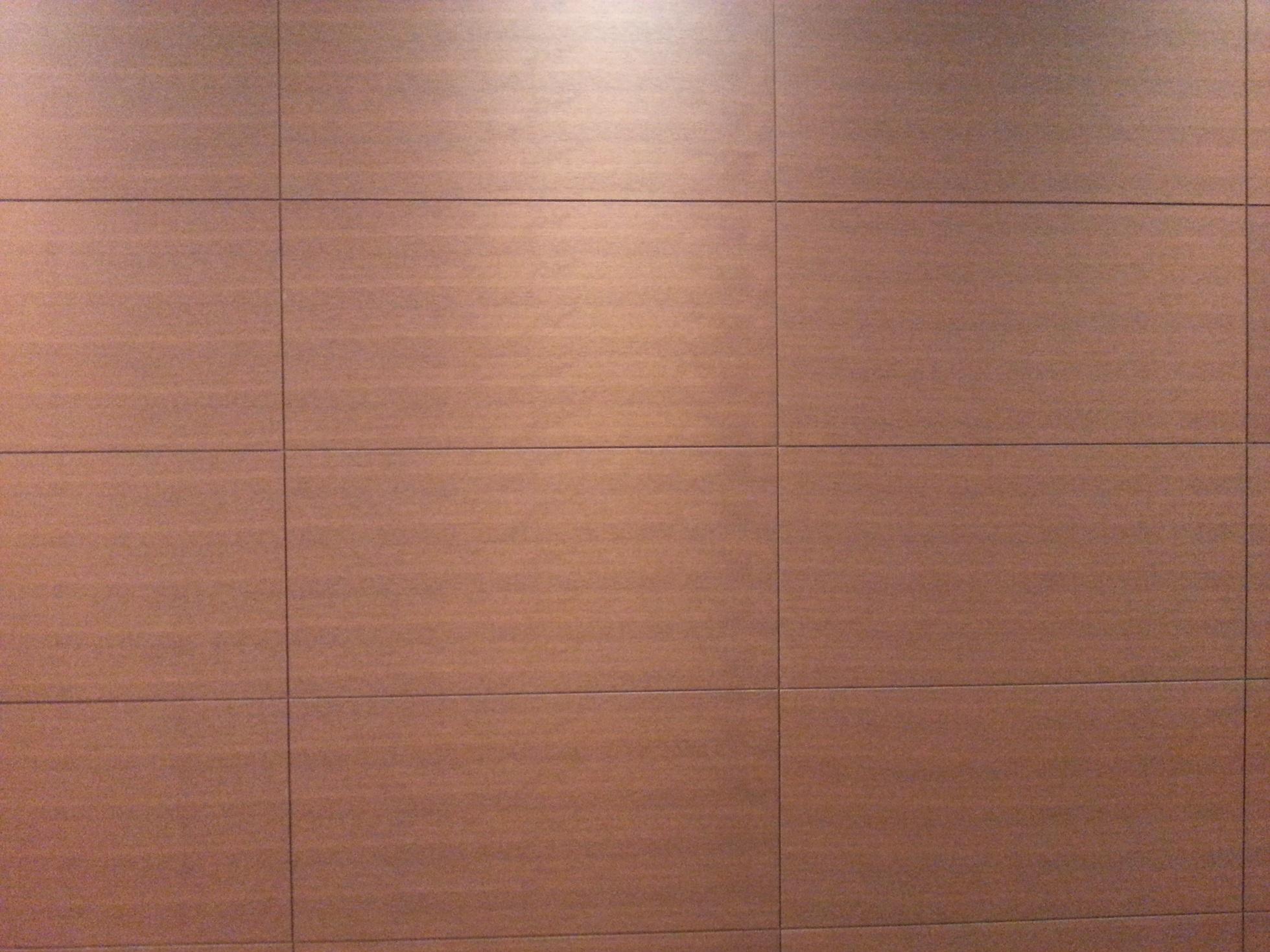 阻燃木饰面板 是由木皮,纸,铝箔,胶层等材料通过创新手段复合而成的新型饰面材料,产品具有阻燃防潮、易弯折,兼具天然木肌理及装饰效果,且能一定程度上替代传统木饰面,我们相信它在未来能引领木饰面发展的潮流。 防火:A2级 阻燃木皮结构  阻燃木皮  装饰效果